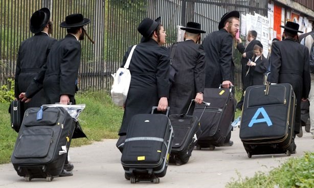 KIV05 - 20020906 - KIEV, UKRAINE : A group of ultra-orthodox hasid Jews carry their luggage as they arrive to a prayer at the grave of Rabin Nachman, founder of Bratslav Hasidism, in Uman, a small Ukrainian town some 200 km from Kiev, 06 September 2002. Some 10,000 ultra-orthodox hasid Jews, pilgrims from different countries of the world, arrived in Uman today to pray near the grave and celebrate the Jewish New Year that begins on Friday evening. Rabin Nachman died in 1920. EPA PHOTO EPA/SERGEI SUPINSKY/ss mda