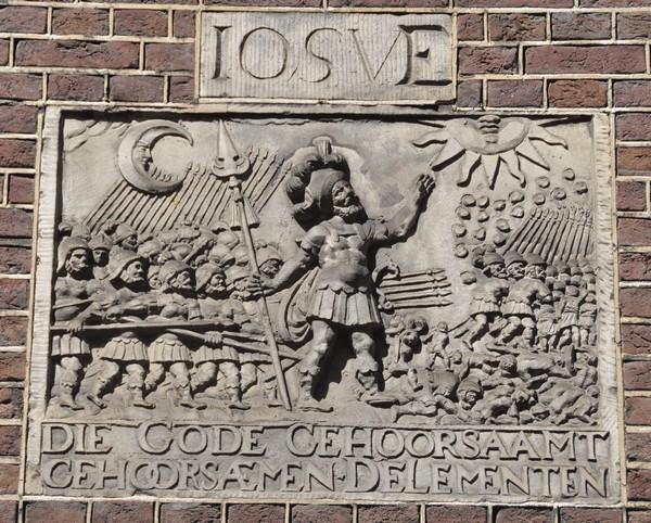 Jozua op een gevelsteen bij het Joods Historisch Museum (Nieuwe Amstelstraat 32)